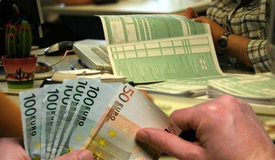 225 δισ. ευρώ χρωστούν οι Έλληνες σε Δημόσιο και τράπεζες