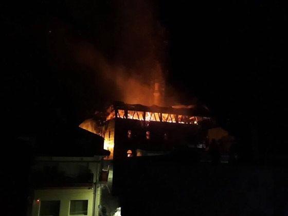 Από τις 3 τα ξημερώματα καίγεται το Τέμενος Βαγιαζήτ.