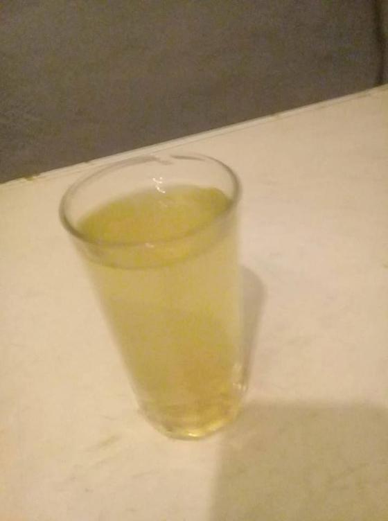 Το επίμαχο ποτήρι με το κίτρινο νερό