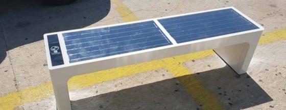 Ιδού ένα έξυπνο παγκάκι που τροφοδοτείται από τον ήλιο προκειμένου να παρέχει τις υπηρεσίες του!