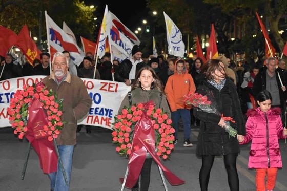 «Κόκκινος» φόρος τιμής στους αγωνιστές του Πολυτεχνείου στην Αλεξανδρούπολη
