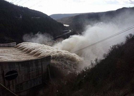 Τεράστιοι όγκοι νερού έρχονται στον Έβρο - κίτρινος συναγερμός για τα ανοιχτά ρήγματα