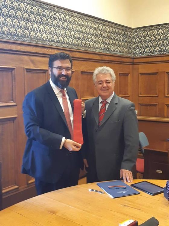 Ο Δήμαρχος Σουφλίου Β.Πουλιλιός έκανε δώρο μια μεταξωτή γραβάτα στον Υφυπουργό Αθλητισμού Γ.Βασιλείαδη κατά την υπογραφή της σύμβασης