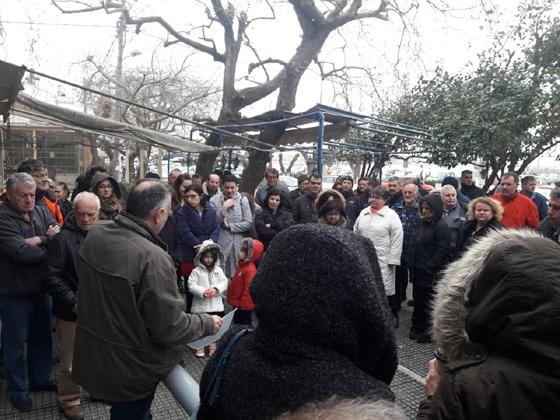 Η διαμαρτυρία έξω από το Υποκατάστημα με το Δήμαρχο παρών