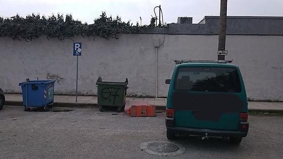 Πάρκινγκ σε θέση ΑμεΑ έξω από το Δημοτικό στάδιο Αλεξανδρούπολης