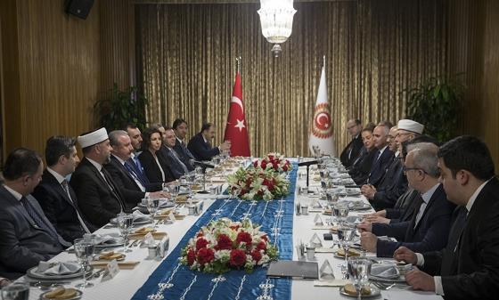 Τα μέλη της Συμβουλευτικής Επιτροπής Τουρκικής Μειονότητας Δυτικής Θράκης σε επίσημο δείπνο που παρέθεσε ο πρόεδρος της τουρκικής Βουλής