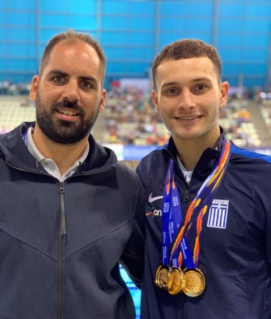 Ο Δημοσθένης Μιχαλεντζάκης με τον προπονητή του Αναστάσιος Καλιτσάρη και τα 3 χρυσά μετάλλια στον λαιμό του