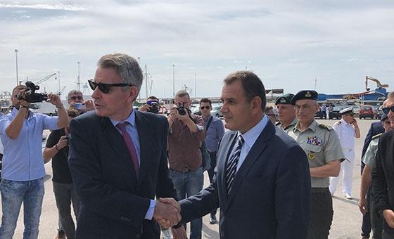 Στιγμιότυπο από την πρόσφατη επίσκεψη του Πρέσβη των ΗΠΑ στην Ελλάδα και του Υπουργού Εθνικής Αμύνης της Ελλάδος, στο λιμάνι Αλεξανδρούπολης