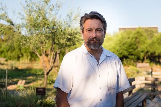 Ψυχή του λαχανόκηπου είναι ο αστικός βιοκαλλιεργητής, Γιώργος Ξεπαπαδάκος, ο οποίος καλλιεργεί δεκάδες διαφορετικά είδη και ποικιλίες λαχανικών
