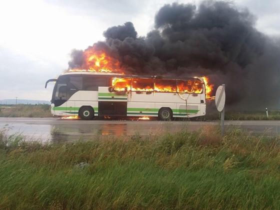 Το λεωφορείο του ΚΤΕΛ κάηκε ολοσχερώς.