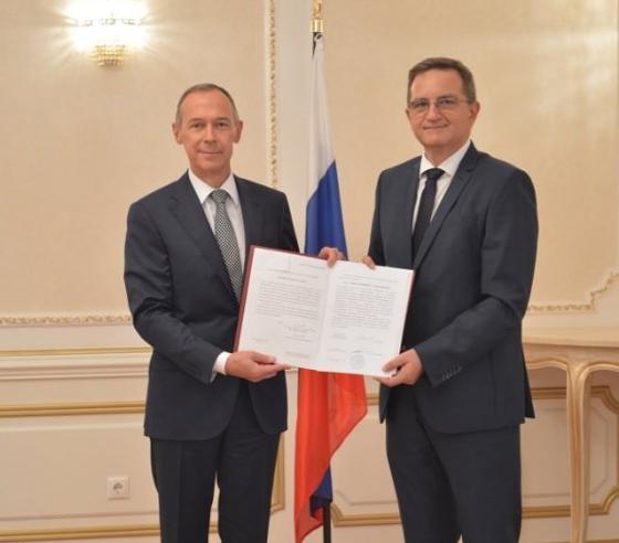 O πρέσβης της Ρωσίας στην Ελλάδα επέδωσε το Προξενικό Δίπλωμα του υπουργείου Εξωτερικών της Ρωσίας και το εκτελεστήριο έγγραφο του υπουργείου Εξωτερικών της Ελλάδας στον Κ. Παλακίδη