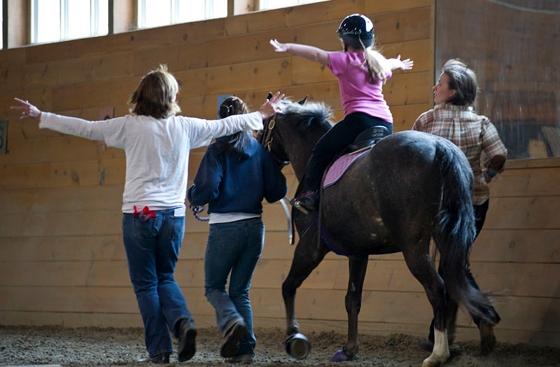 Η σχέση την οποία αναπτύσσουν οι ιππείς και αμαζόνες με τους βοηθούς τους, είναι μοναδική.