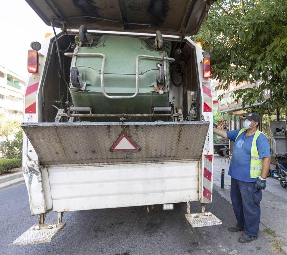 Ειδικά οχήματα «σαρώνουν» τους δρόμους και απολυμαίνουν τους κάδους στο δήμο Αλεξανδρούπολης