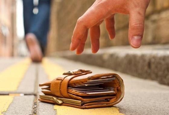 Μάθημα ανθρωπιάς στην Αλεξανδρούπολη: Στρατιωτικός βρήκε πορτοφόλι με 1.800 ευρώ και το παρέδωσε στην Αστυνομία