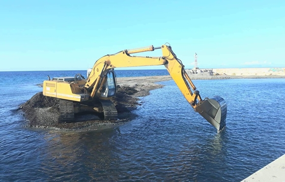 Λιμάνι Θερμών: Μάζα από φύκια μπλόκαρε την έξοδο και εγκλώβισε αλιευτικά σκάφη