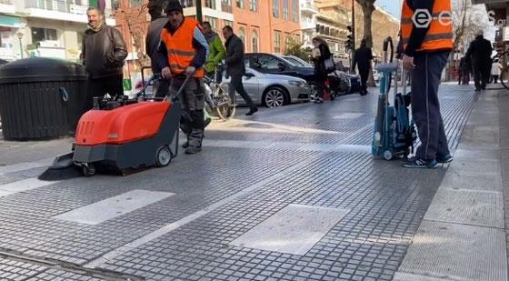 Ξεκολλάνε τις τσίχλες από τα πεζοδρόμια - Τρία νέα μηχανήματα απέκτησε ο Δήμος (video)