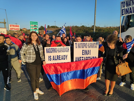 «Όχι άλλη γενοκτονία» φώναξαν Αρμένιοι & Έλληνες διαδηλωτές που συγκεντρώθηκαν έξω από το τελωνείο των Κήπων (video)
