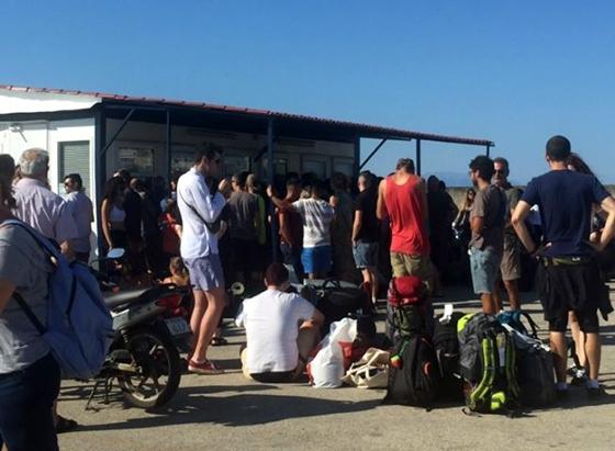 Αγανακτισμένοι τουρίστες περιμένουν για ώρες έξω από τα εκδοτήρια στο λιμάνι της Αλεξανδρούπολης