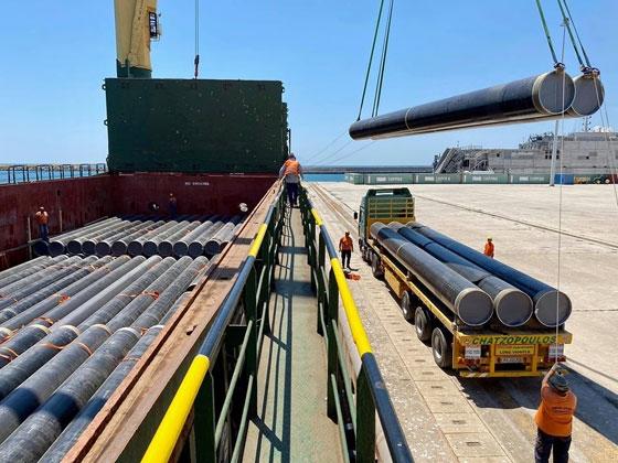 Ξεφορτώθηκαν στο λιμάνι της Αλεξανδρούπολης οι πρώτoι σωλήνες του αγωγού IGB