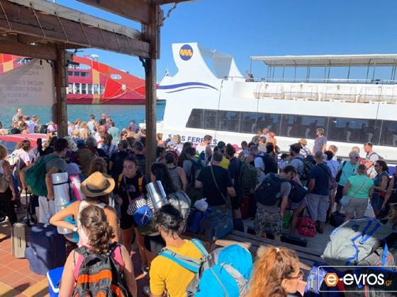 """Έφτασε το """"ΖΕΦΥΡΟΣ"""" στο λιμάνι της Σαμοθράκης - Ατελείωτες ουρές στο λιμάνι της Καμαριώτισσας (φωτο)"""