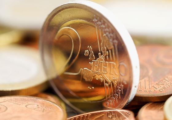 Το ελληνικό νόμισμα των δύο ευρώ επελέγη έπειτα από έναν ηλεκτρονικό διαγωνισμό που πραγματοποίησε η Ευρωπαϊκή Επιτροπή και στον οποίο συμμετείχαν κάπου 100.000 άνθρωποι.