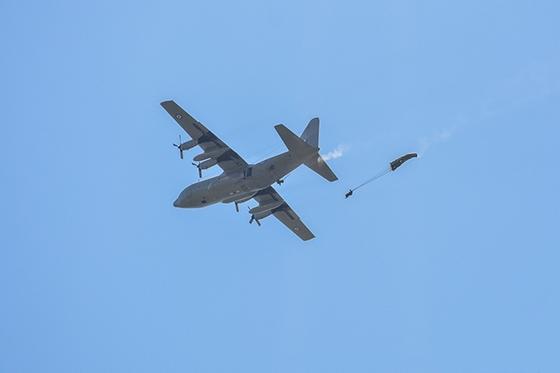 Επίδειξη ρίψης αλεξιπτωτιστών στον αερολιμένα Αλεξανδρούπολης.