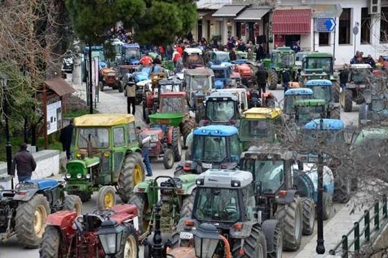 Μπλόκα στους δρόμους στήνουν αγρότες-κτηνοτρόφοι.