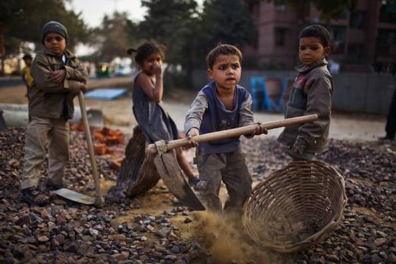 Στην Ελλάδα, περί τα 50.000 ανήλικα παιδιά δουλεύουν σε μαγαζιά, βιοτεχνίες, εργοστάσια, αγροτικές εργασίες, ενώ κάθε χρόνο 10.000 παιδιά εγκαταλείπουν την υποχρεωτική εκπαίδευση